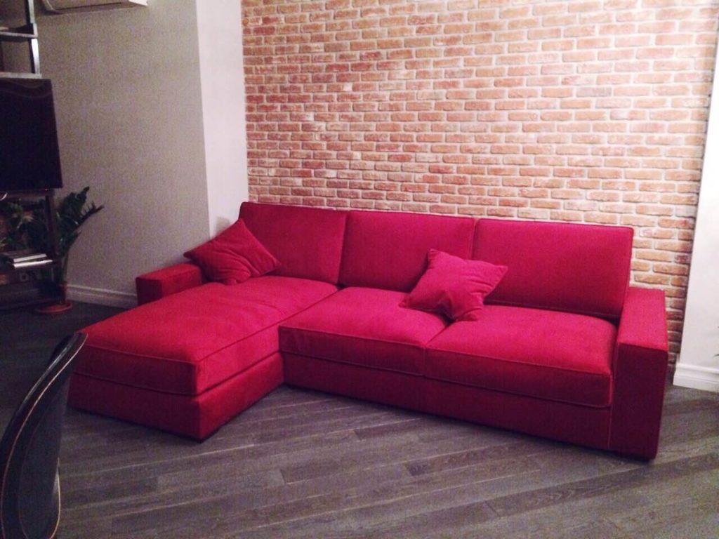 Угловой красный диван для квартиры