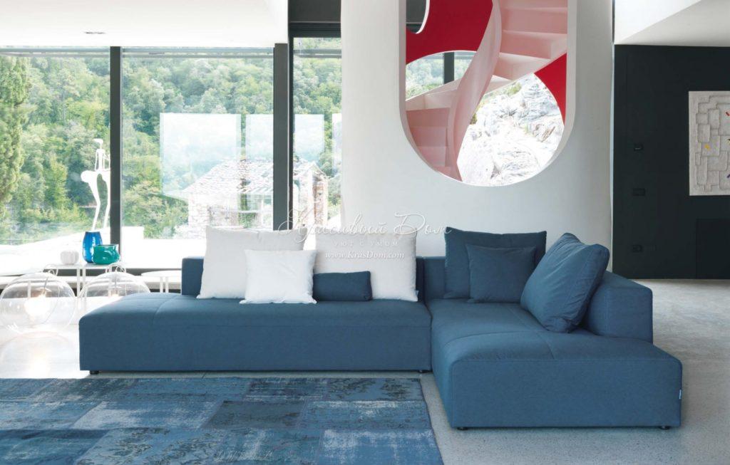 Угловой синий диван светлого тона