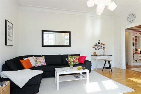 Угловой удобный диван черного цвета