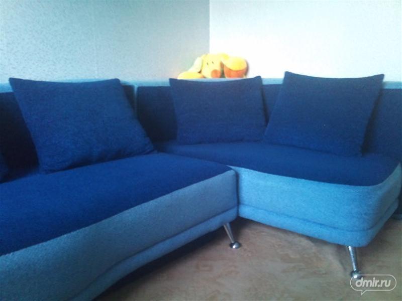 Угловой удобный диван синего цвета