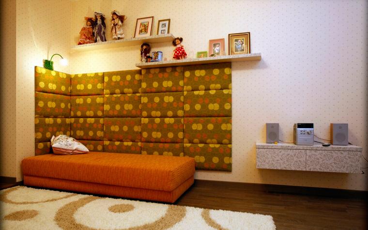 Уютная мягкая кровать оранжевого цвета
