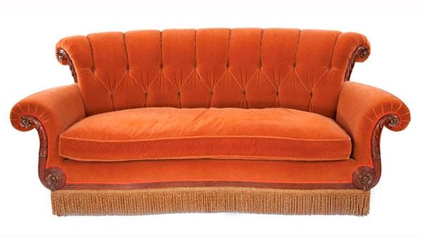 Уютный оранжевый диван для дома