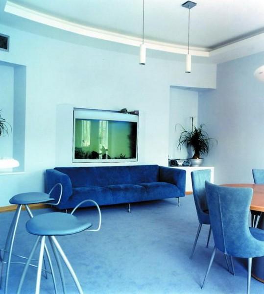 Вариант интерьера с синим диваном