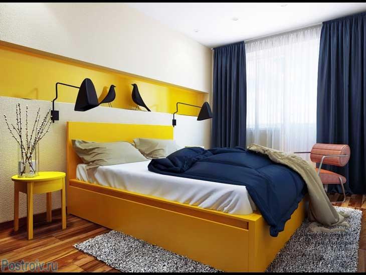 Вариант интерьера спальни с кроватью желтого цвета