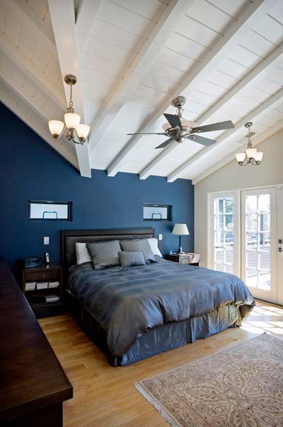 Вариант размещения синей кровати в спальне