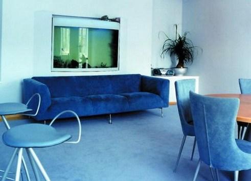 Велюровый низкий диван в синем цвете