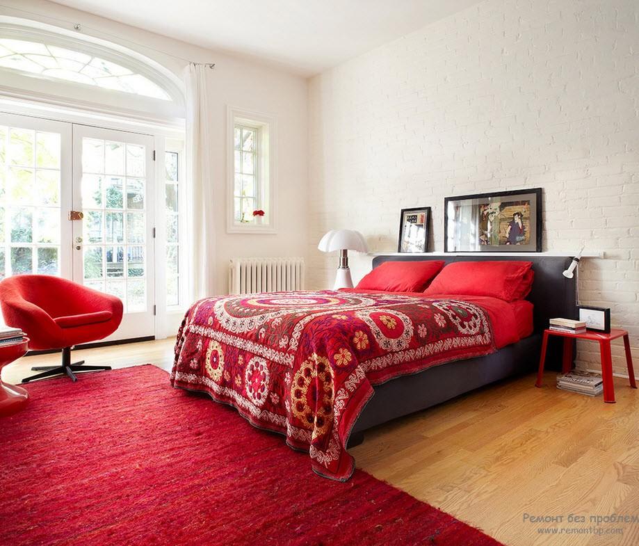 Яркая и стильная кровать бордового цвета