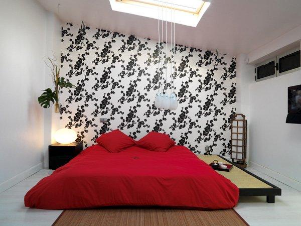 Яркая красная кровать