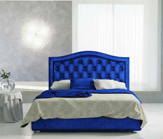 Яркая синяя кровать в белой спальне
