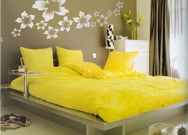 Яркая желтая кровать для обустройства спальни