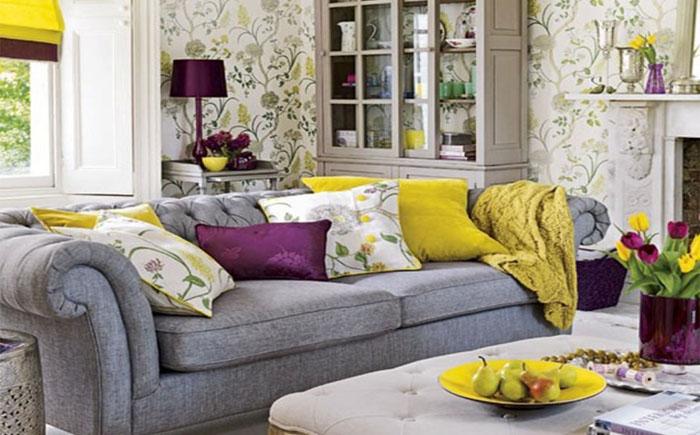 Яркий интерьер гостиной с серым диваном