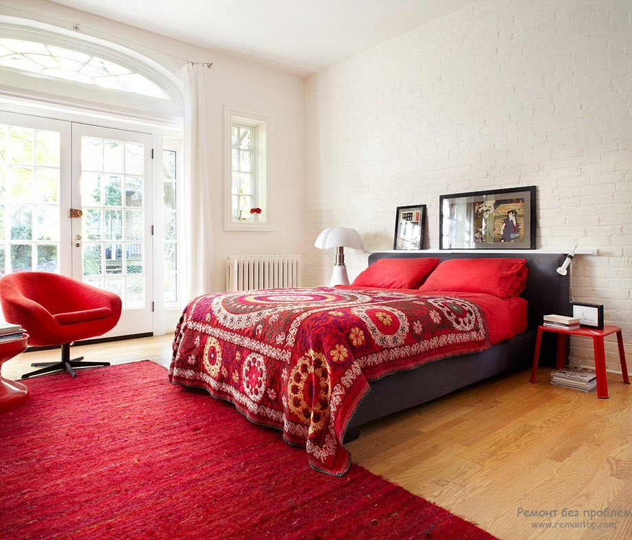 Яркий оттенок красной кровати