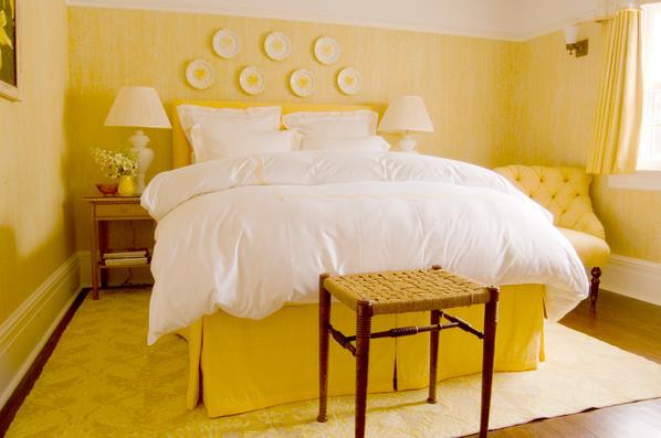 Желтая кровать в интерьере спальни