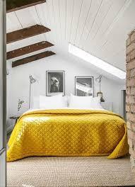 Желтая кровать выглядит ярко и красиво