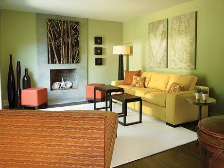 Желтый диван в интерьере комнаты