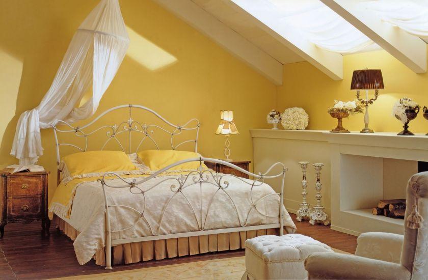 Жетлая металлическая кровать для спальни