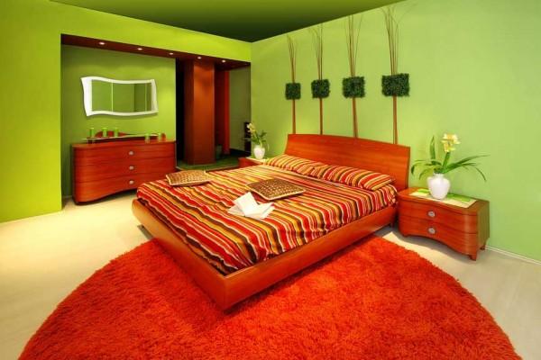 красная кровать в дизайне спальни
