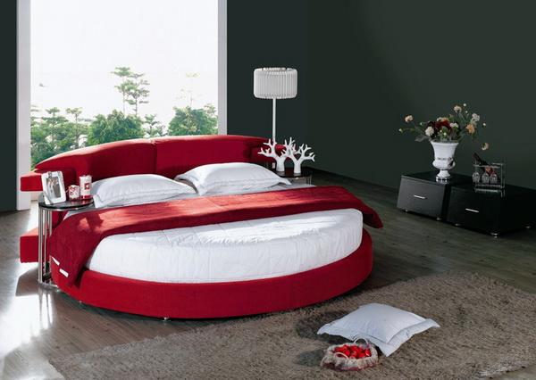 красная кровать выглядит шикарно