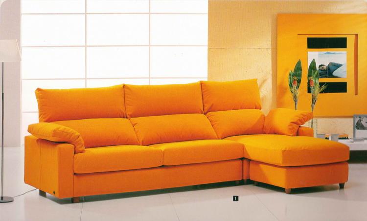 оранжевый диван выглядит ярко