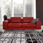 Диван красного цвета в дизайне интерьера